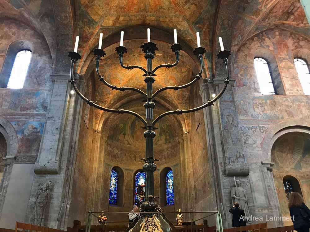 Der siebenarmige Leuchter im Braunschweiger Dom ist riesig.