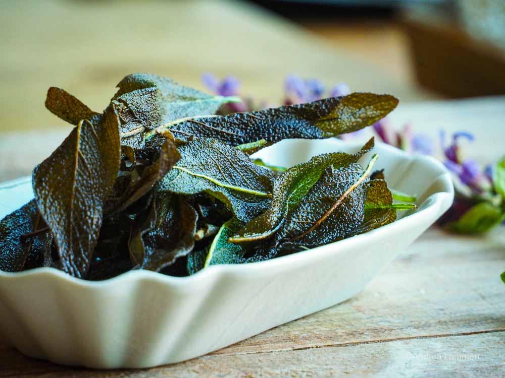 Chips aus Salbei I knusprige Blätter gebraten I Kräuterrezepte I indigo-blau