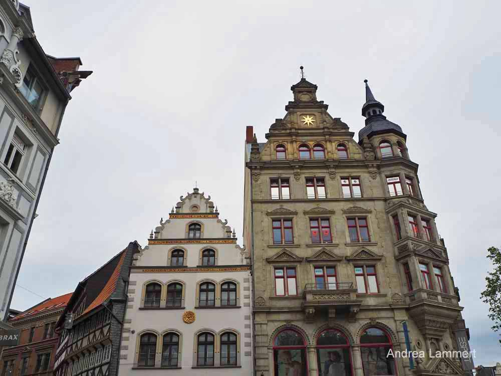 Die hübschen Fassaden der Häuser des Kohlmarktes gehören zu den Sehenswürdigkeiten in Braunschweig