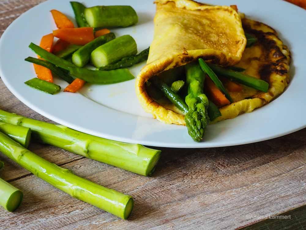 Grüner Spargel im Omelett mit Zuckerschoten