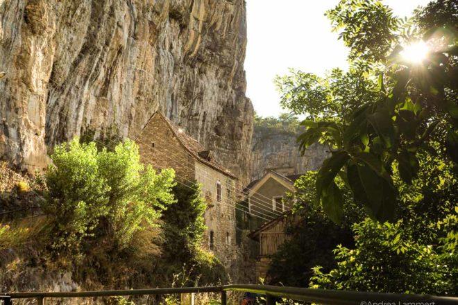 Ein Dorf an den steilen Felsen - Cabrerets sur Célé liegt spektakulär, . Fluss Lot, Sehenswürdigkeiten, Reiseführer, Tipps,