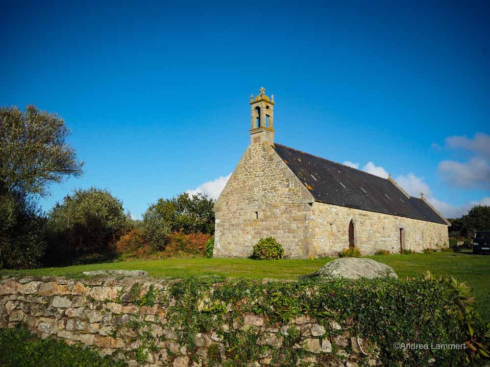 Menhire, Bretagne, mystische Orte Chapelle Ourzal