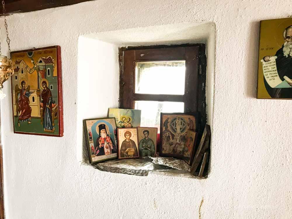 Das Innere der kleinen Kapelle ist voller Ikonenbildnisse.