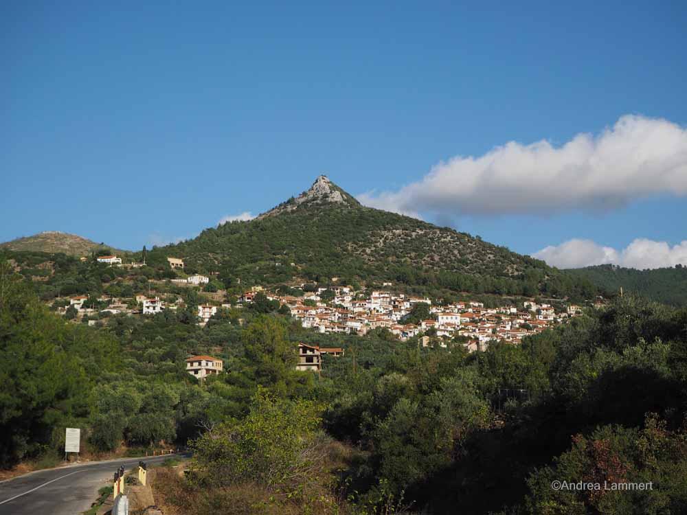 So sieht der Berg Metamorfosi aus der Ferne aus, wer genau schaut, erkennt die Kirche.