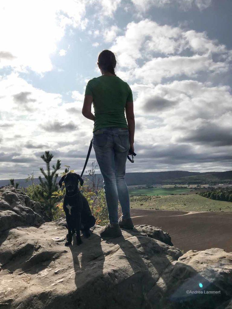Mit Hund wandern auf dem Teufelsmauerstieg ist reich an Panoramen