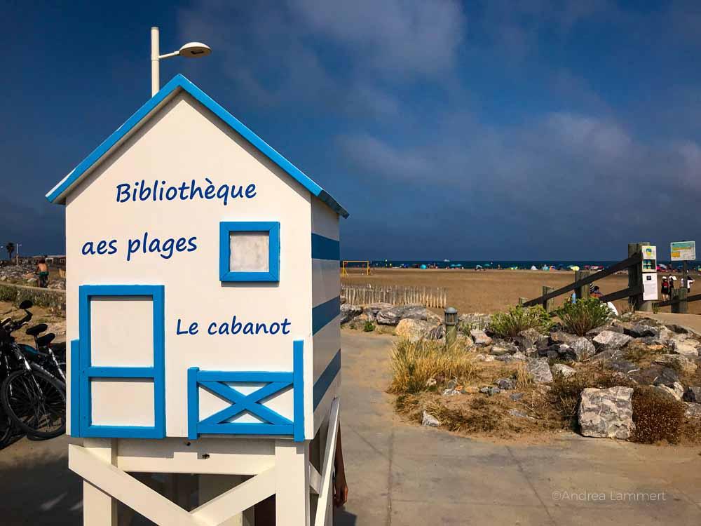 Strandbibliothek - hier kann jeder seine Bücher hineinlegen oder sich welche leihen. Gruissan Südfrankreich, Strand, Tipp