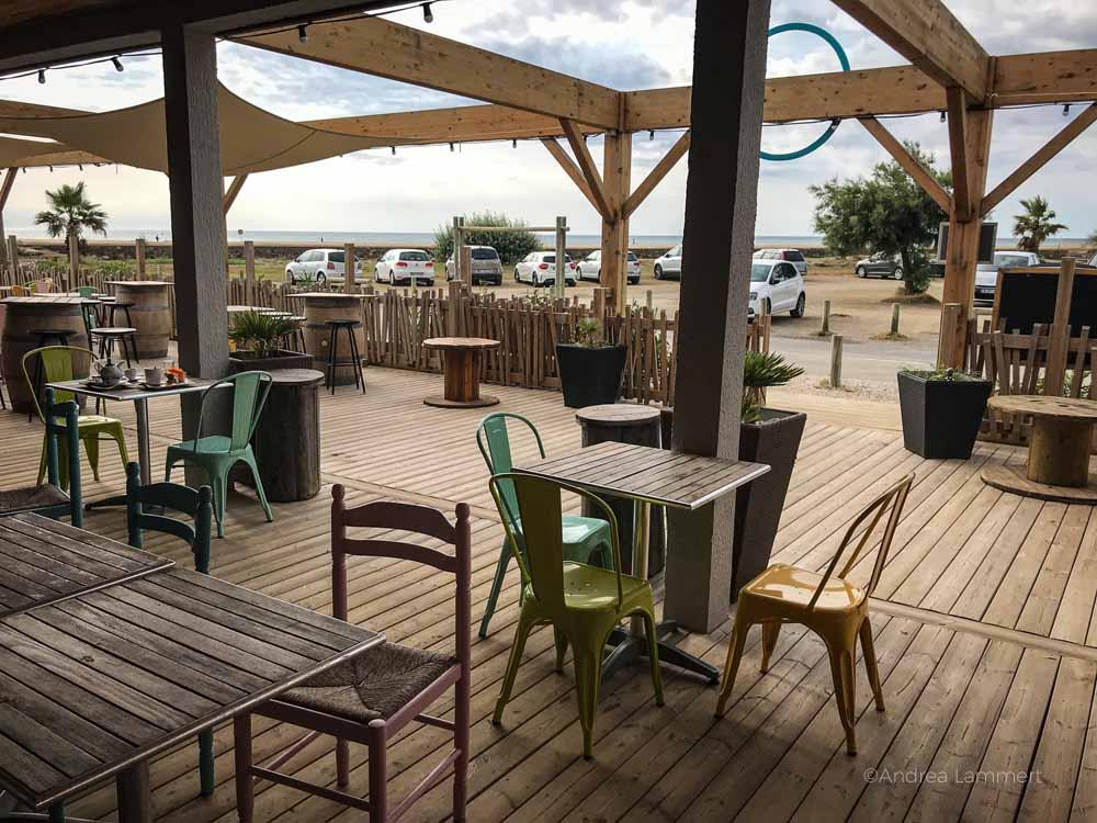 Terasse des Sunrise Beach Hotels, einer der wenigen Plätze im Dorf der Pfahlbauten, in denen man mit Meerblick essen kann. Gruissan Südfrankreich, Strand, Tipp