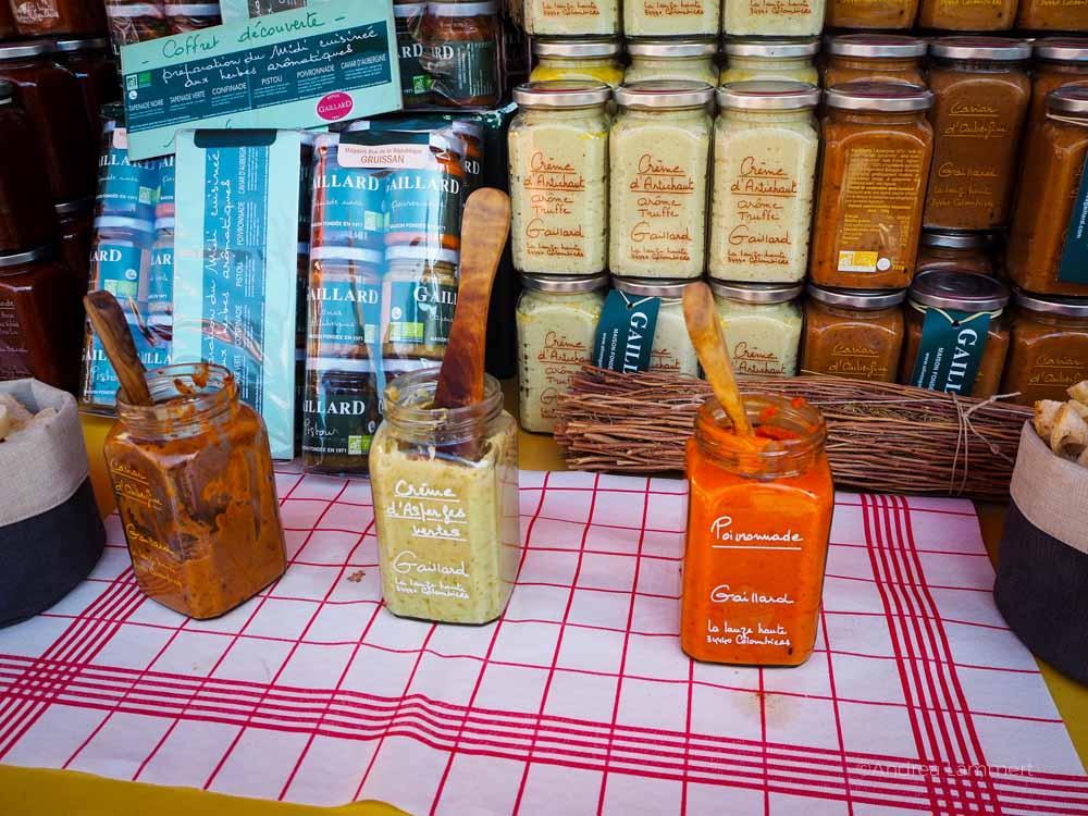 Gruissan Markt, Tapenade und Aufstriche auf dem Markt von Gruissan. Südfrankreich, Narbonne, Strand, Marktstand, Gruissan Südfrankreich, Strand, Tipp